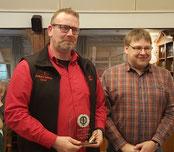 Markus Behrens für Staffelsieger Moorriemer Jungs II -geehrt von Jörg Dannemann