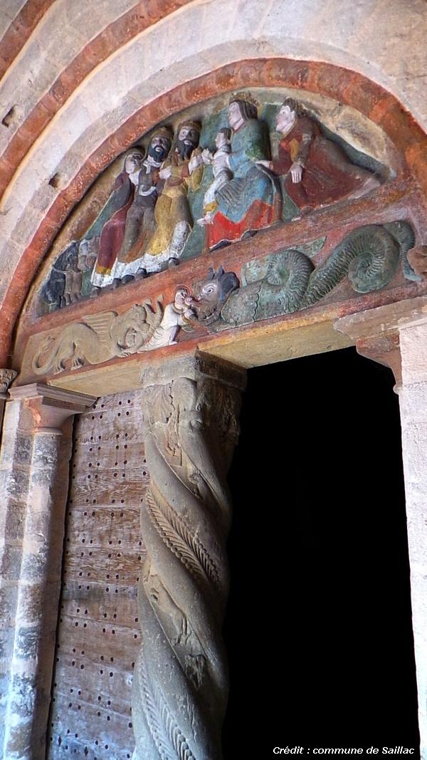Tympan polychrome de l'église et trumeau torsadé