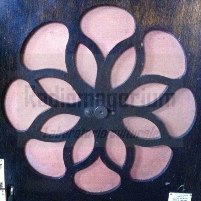 Il fiore rosa dell'etere...da Gecophone portable BC 3047, G&C, London, 1929