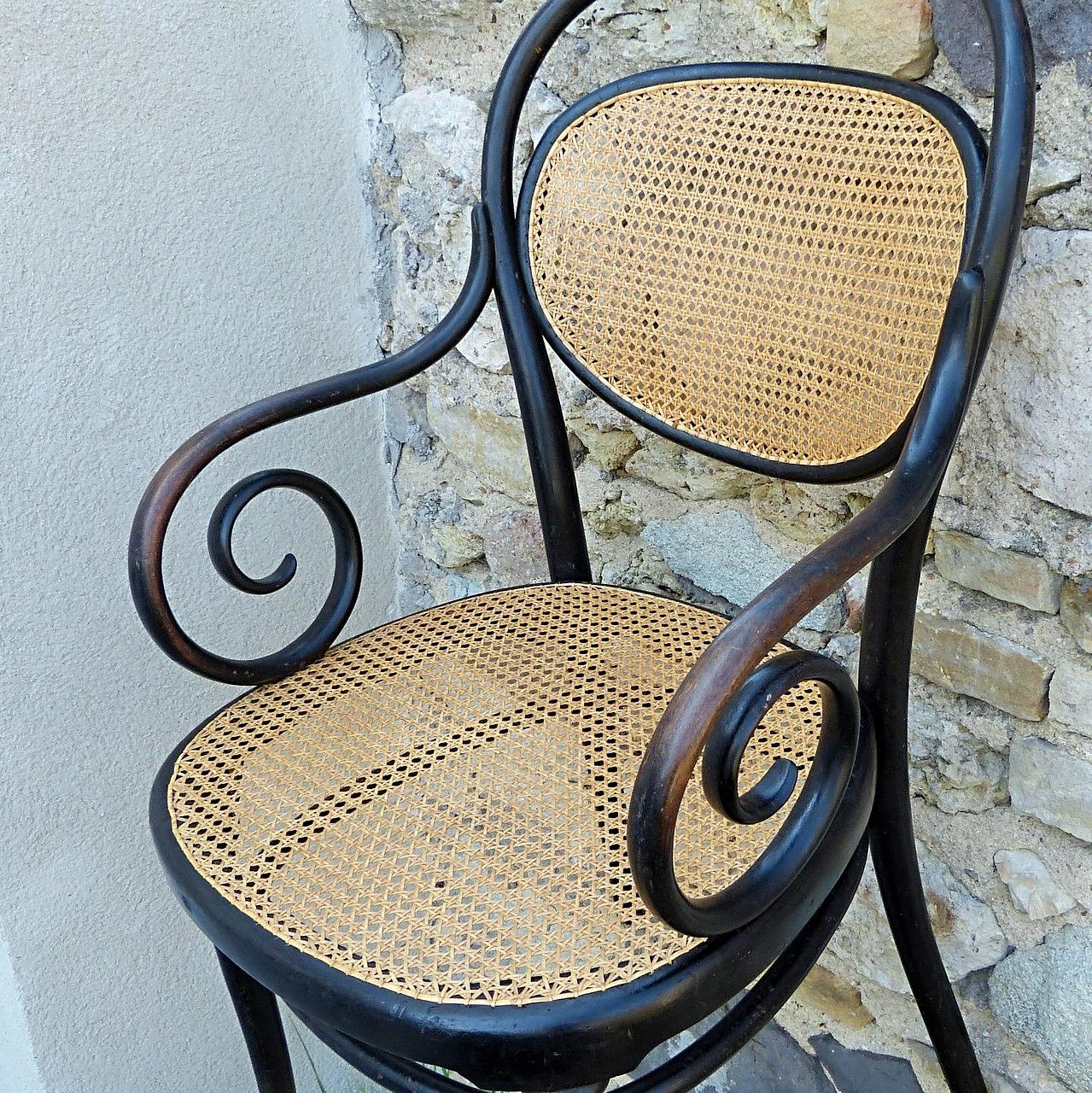 Patine des accoudoirs caressés au fil du temps par les mains conservée / Keeping the sheen of hands that stroked the armrests.