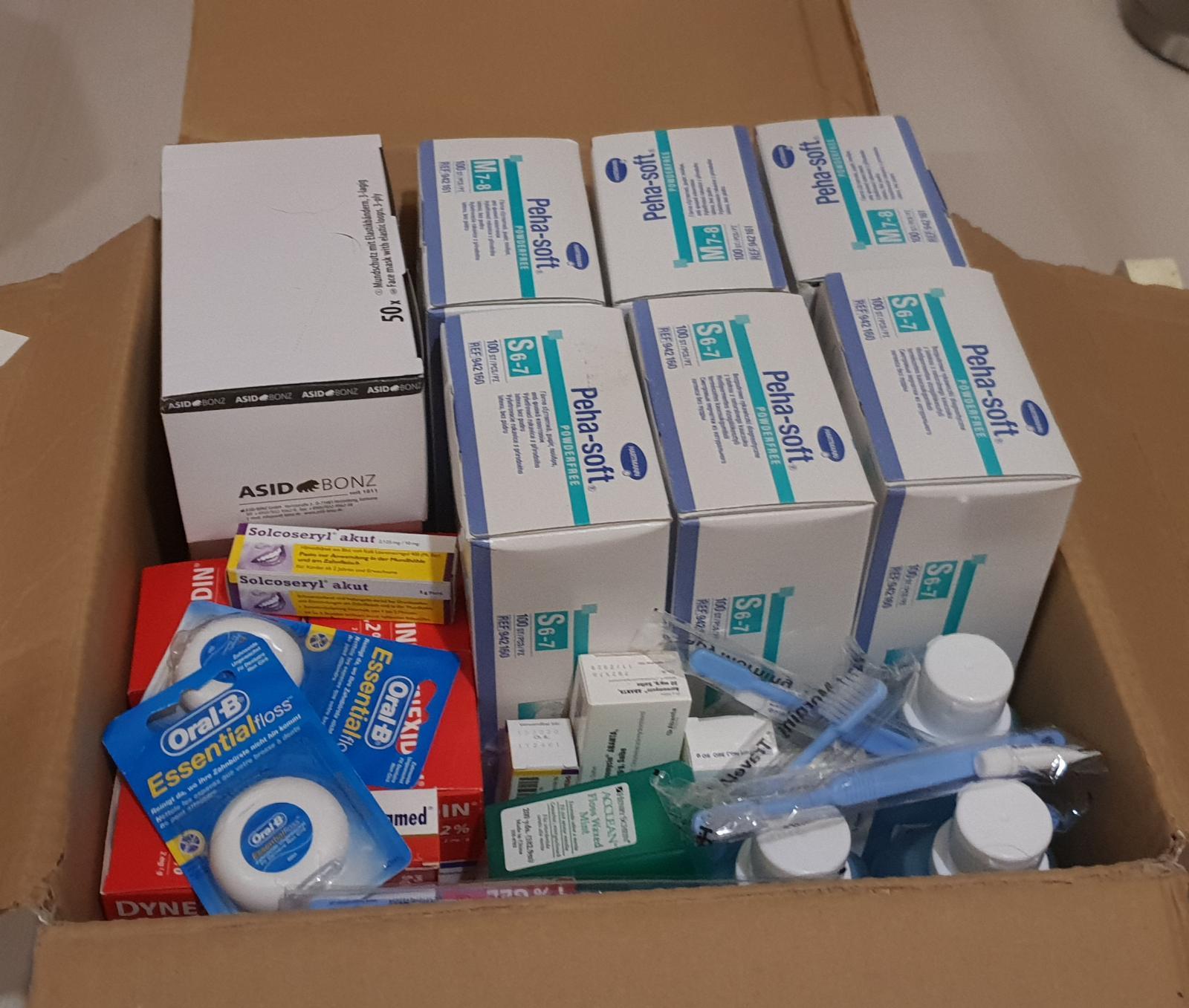 Hier haben wir ein gutes Rundumpaket erhalten: Handschuhe, Mundschutz, Desinfektionsmittel, CHX-Spülung, Solcoseryl und ein Sortiment an Prophylaxe Utensilien.
