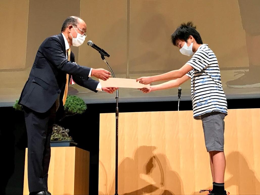 海事広報局長から受賞者へ_6年生