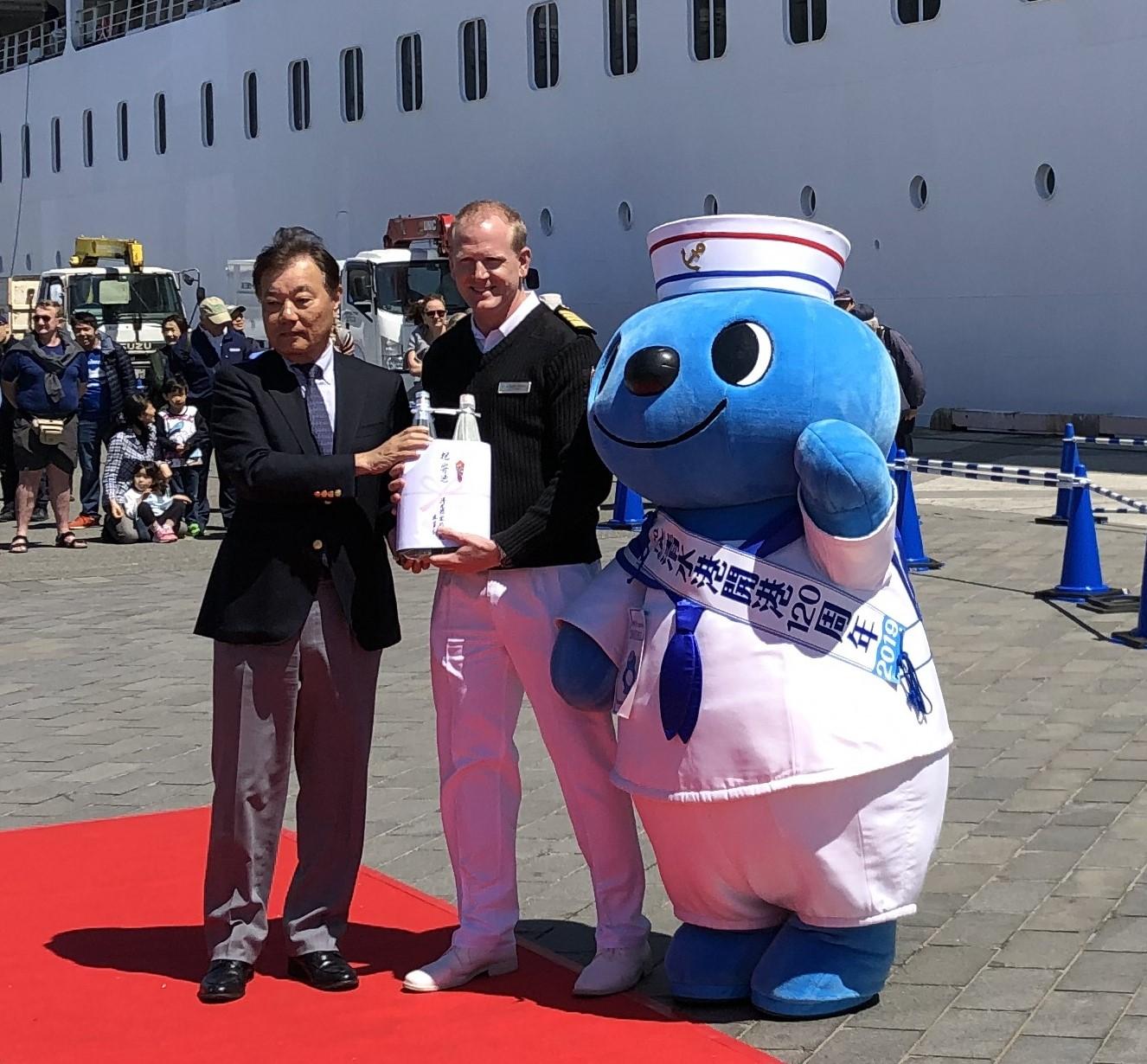 清水港客船誘致員会より記念品の贈呈