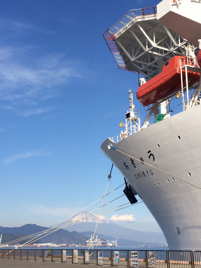 日の出埠頭に停泊中の「ちきゅう」と富士山(撮影:平成29年12月23日)