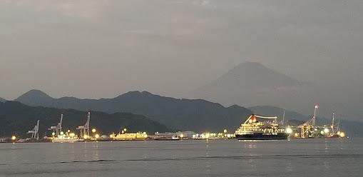 夕闇の「にっぽん丸」と富士山と清水港