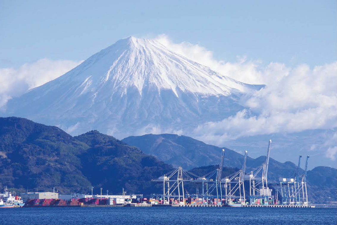 富士山と調和したガントリークレーン