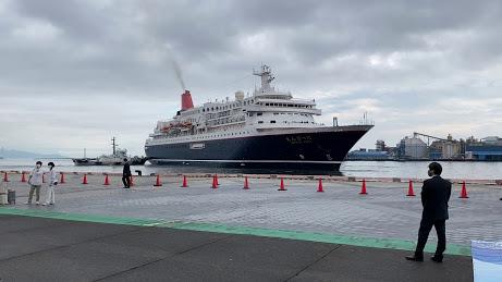 清水港へ入港する「にっぽん丸」