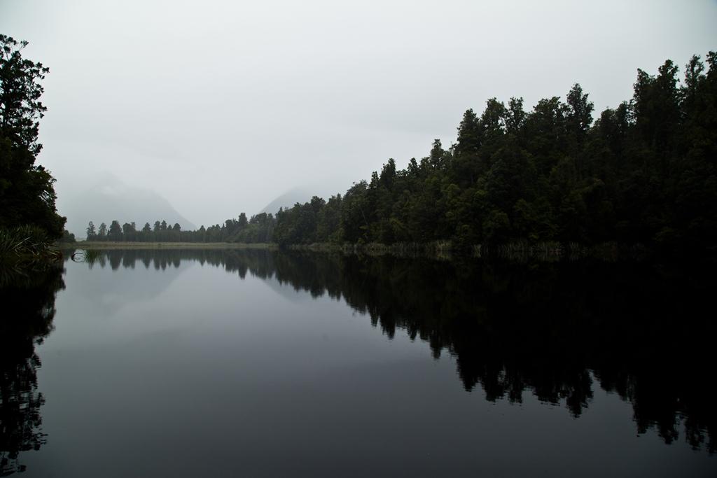 Der spiegelglatte Lake Matheson ist auch bei trübem Wetter ein Spaziergang wert.