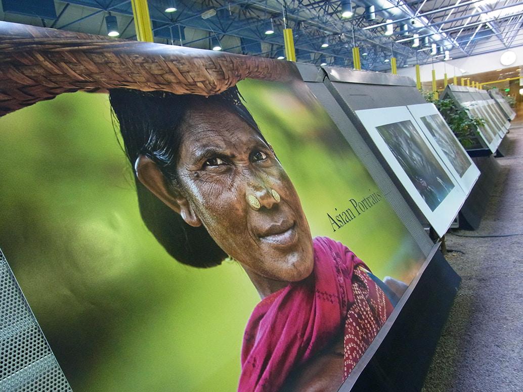Exposición Retratos de Asia en el Aeropuerto Internacional Adolfo Suarez Madrid Barajas.