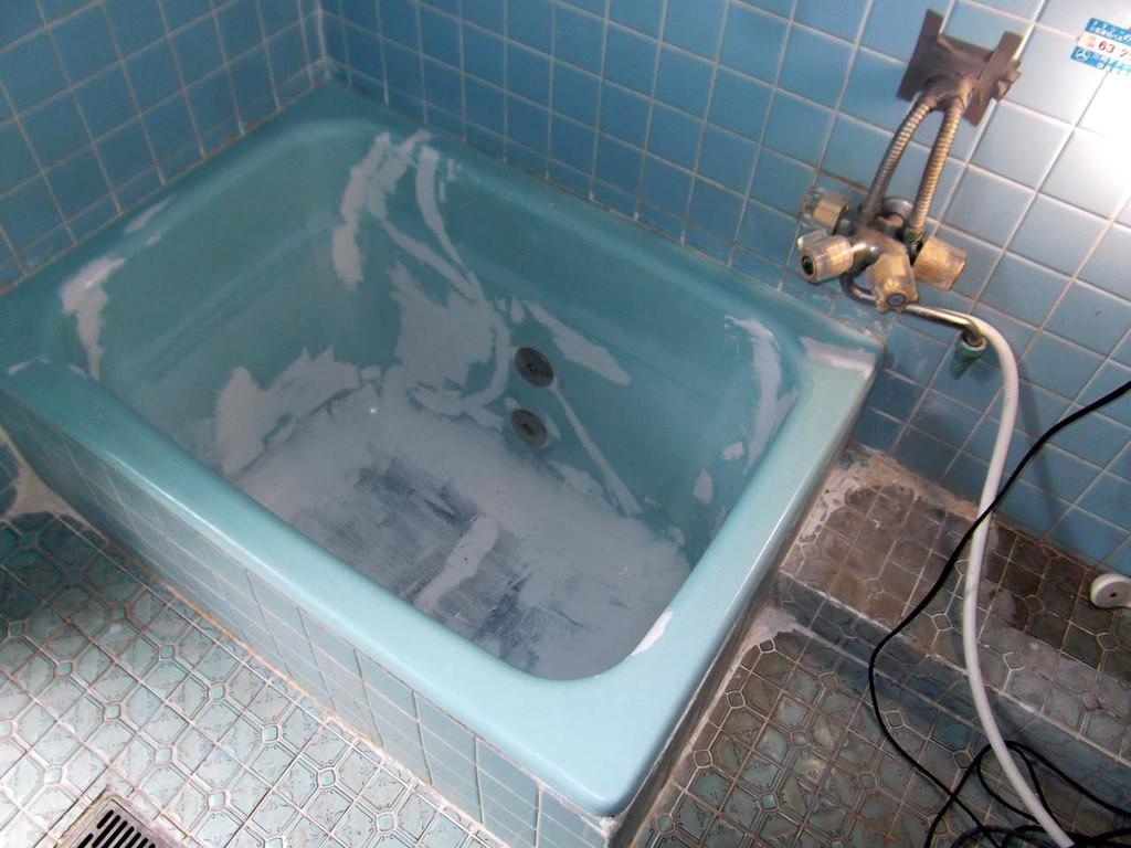 浴槽研磨後ホーロー浴槽専用パテ処理