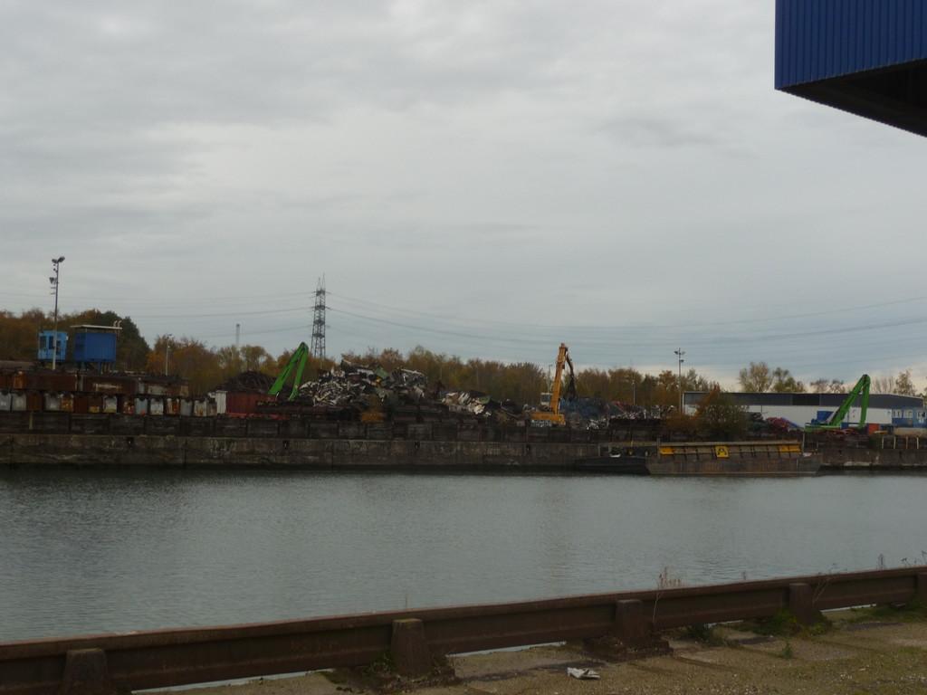 Blick auf Schrottverladung im Hafen Grimberg