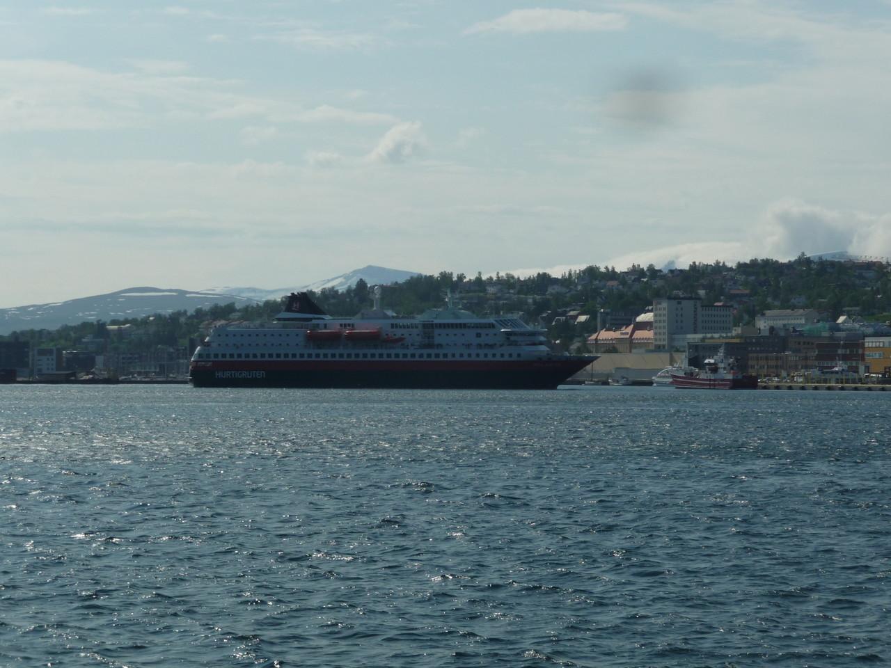 ein Schiff der Hurtigrouten läuft in den Hafen ein