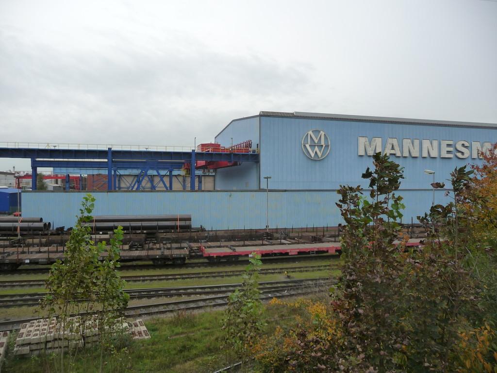 Röhrenwerk in Mülheim | Großrohre beim Transport zur Isolierhalle