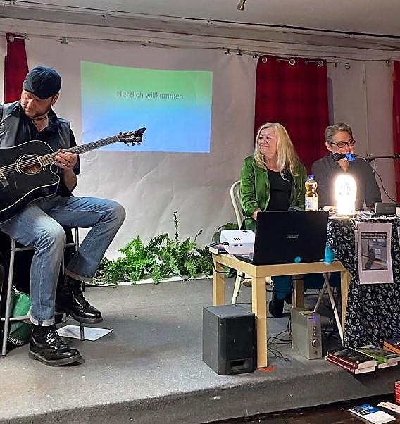 Musiker Martin Rechl und die beiden Autorinnen