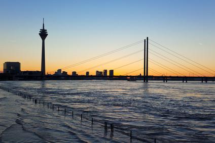 Rheinkniebrücke bei Hochwasser (c) eyewave - fotolia.com