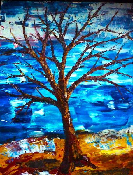 Der Baum lebt umgeben und behütet in der Schöpfungsnatur.