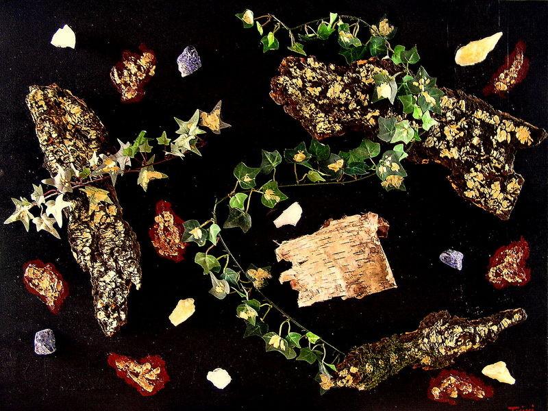 """Eine Collage aus Rinde, Edelsteinen, Efeu, Strukturpaste.....zeigt """"Nature""""."""