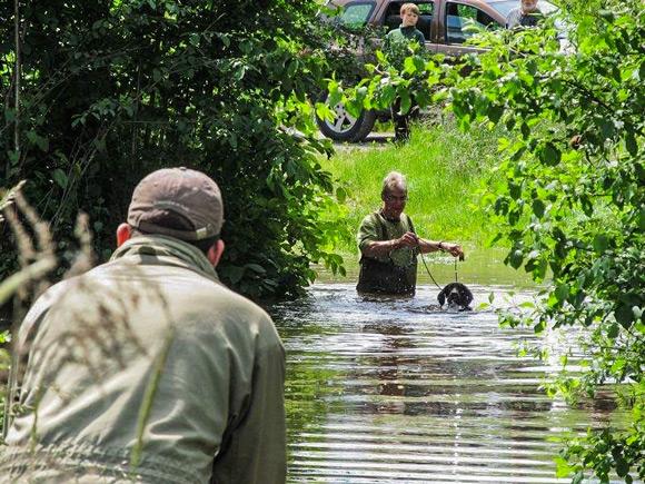 Auch bei Hochwasser und  körperlichem Einsatz bringt man jeden Hund zur Wasserpassion.