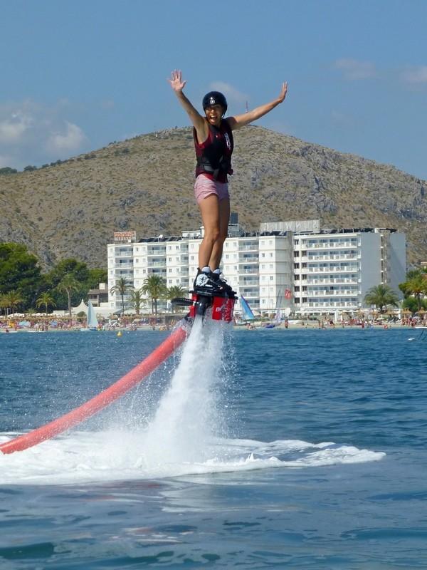 Tolle Tochter beim Flyboarden