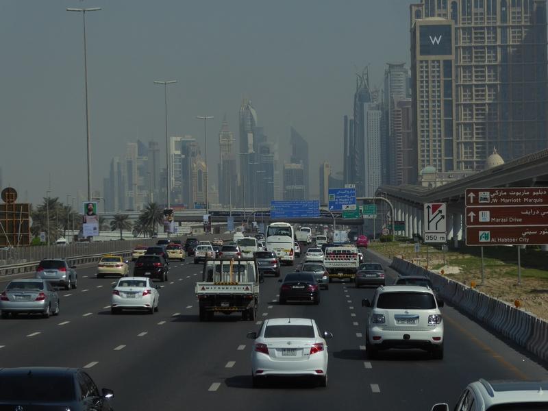 Die Sheikh Zayed Road ist teilweise 11-spurig (in eine Richtung)