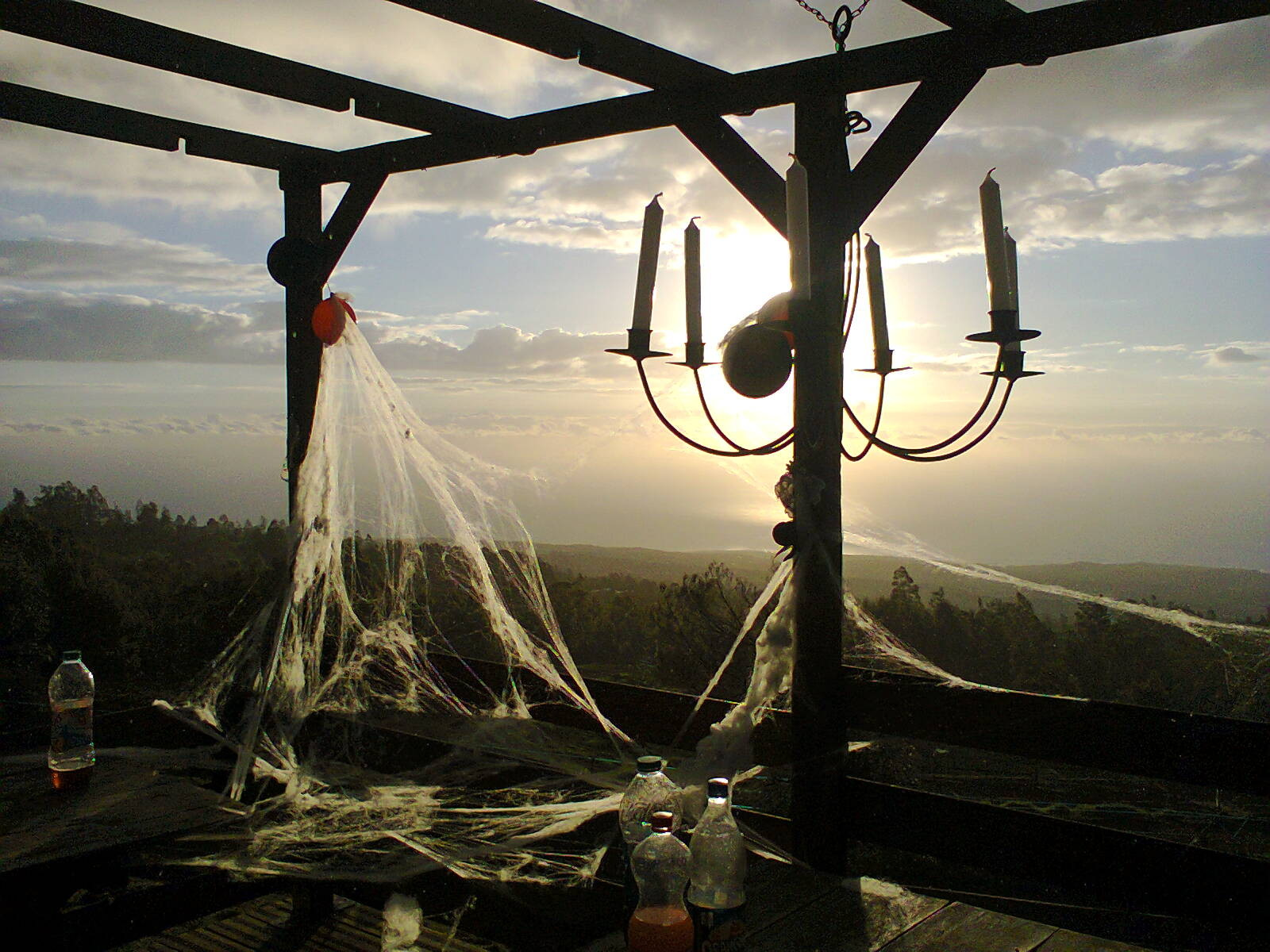 coucher de soleil sur les restes de la fête