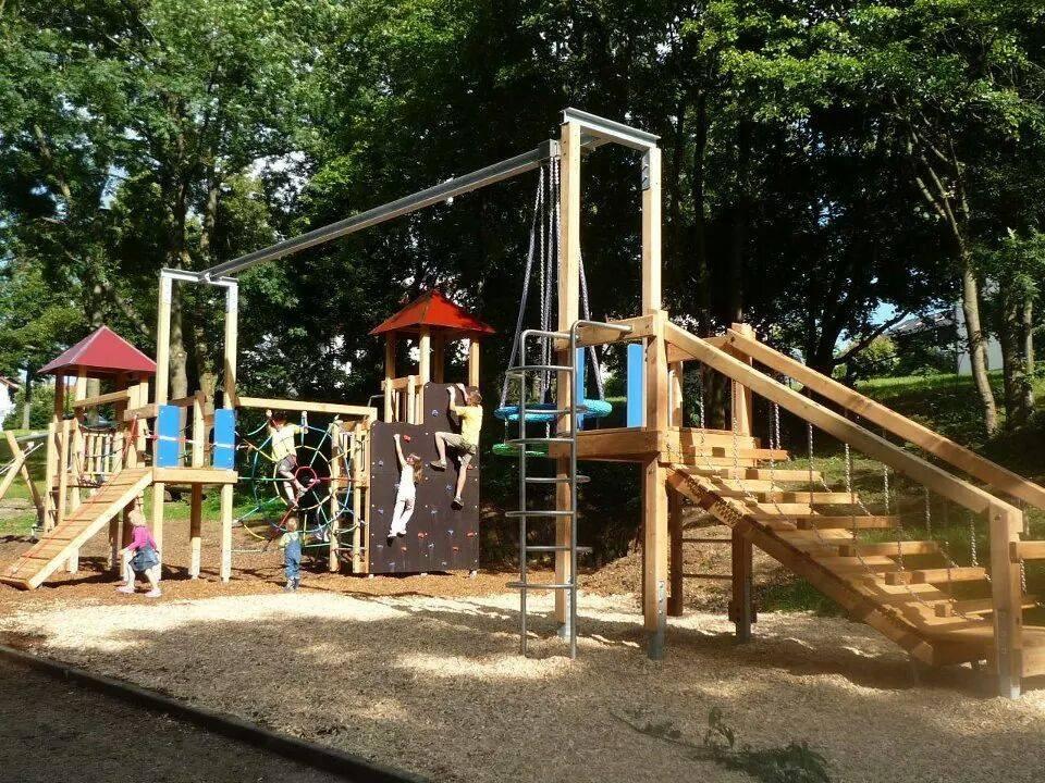 Das ist nicht unser Garten! Sondern ein wunderschöner, öffentlicher Spielplatz. Mit Bachlauf. (3 Gehminuten entfernt)