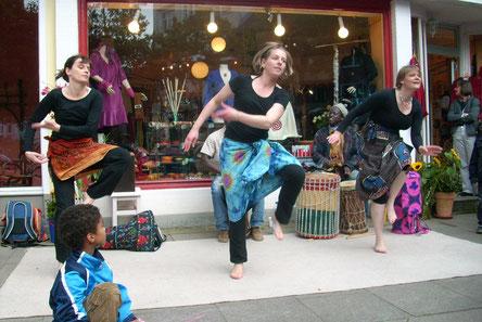 """Ein Auftritt mit einigen meiner Tanzteilnehmerinnen beim Fest von """"Aminta Textil Art""""."""