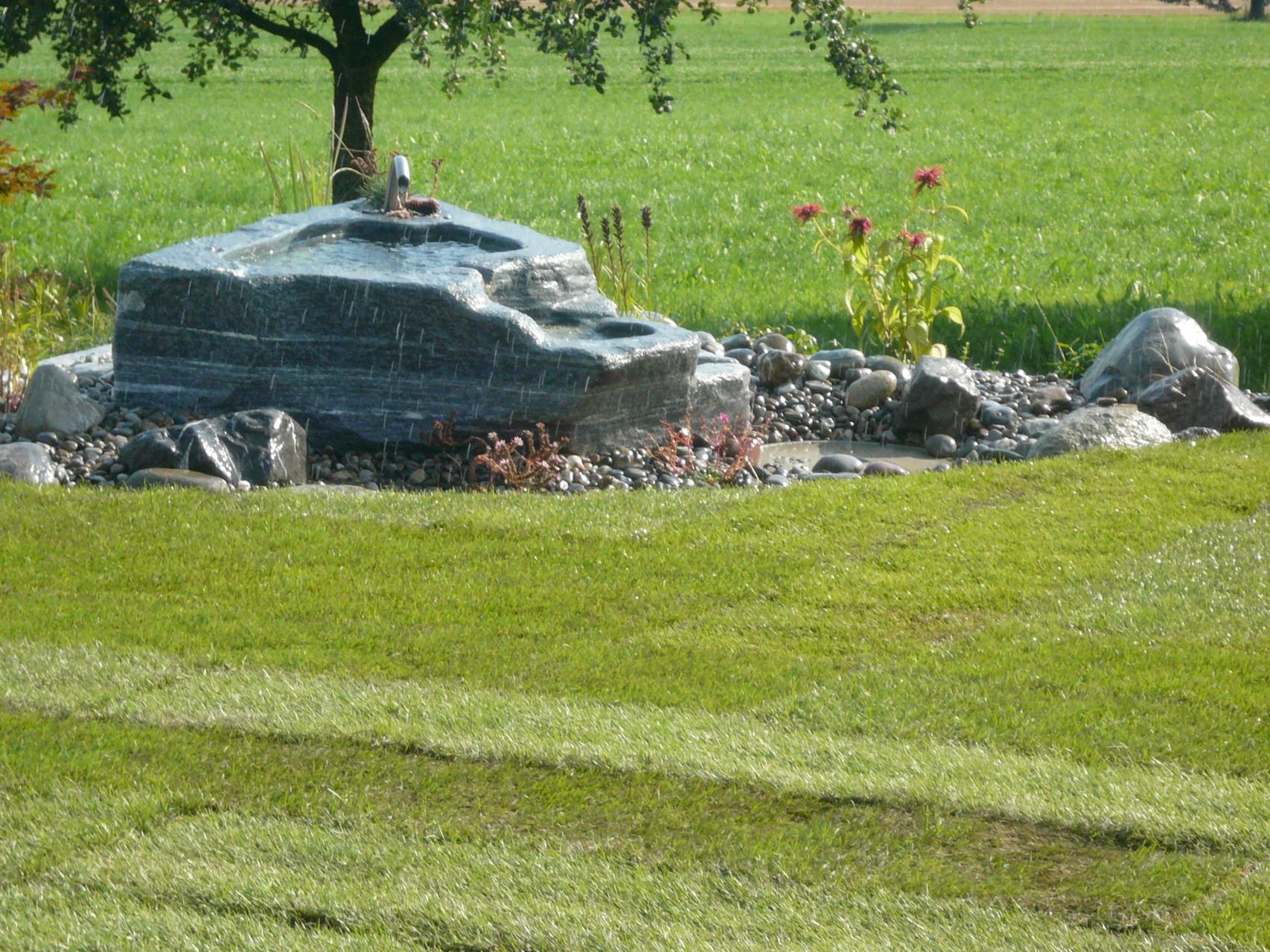 neu angelegter Steingarten mit Brunnen