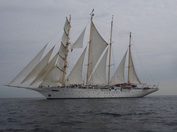 テンダーボートから撮影したスターフライヤー、後ろの逆三角形の帆(ミズン・フィッシャーマン)を張っていれば全帆を展帆していることになる。