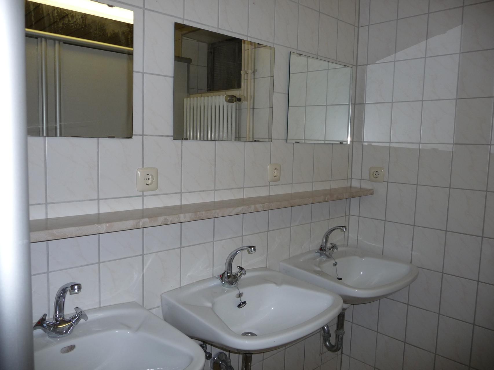 Waschräume mit je 3 Waschbecken