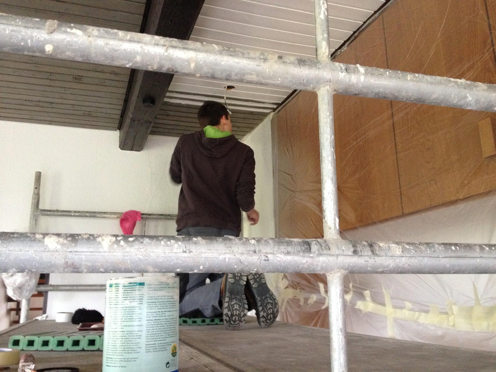 Erste Streicharbeit an der Holzdecke im Gruppenraum EG!