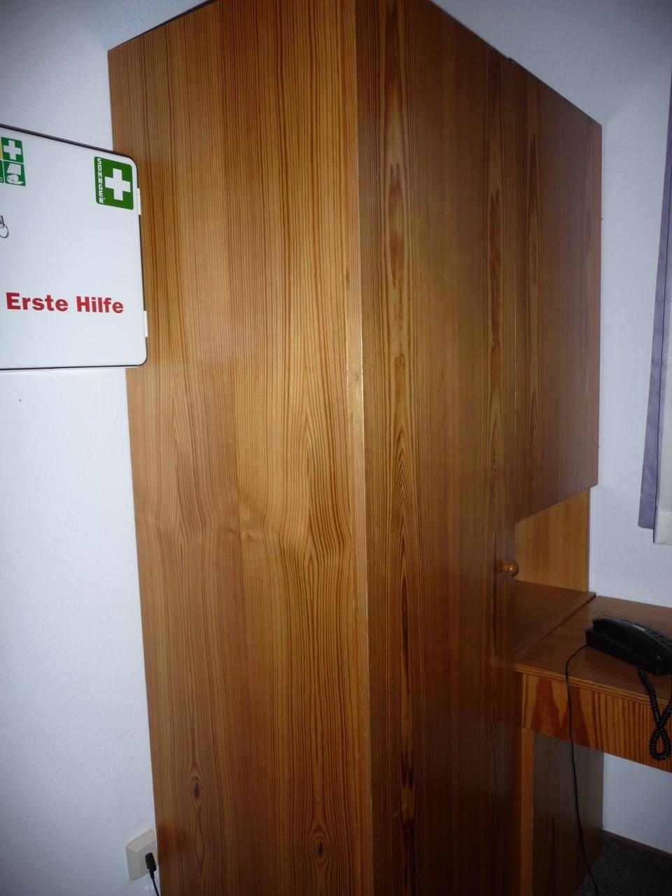 Leiterzimmer EG mit Erste-Hilfe-Kasten und Telefon