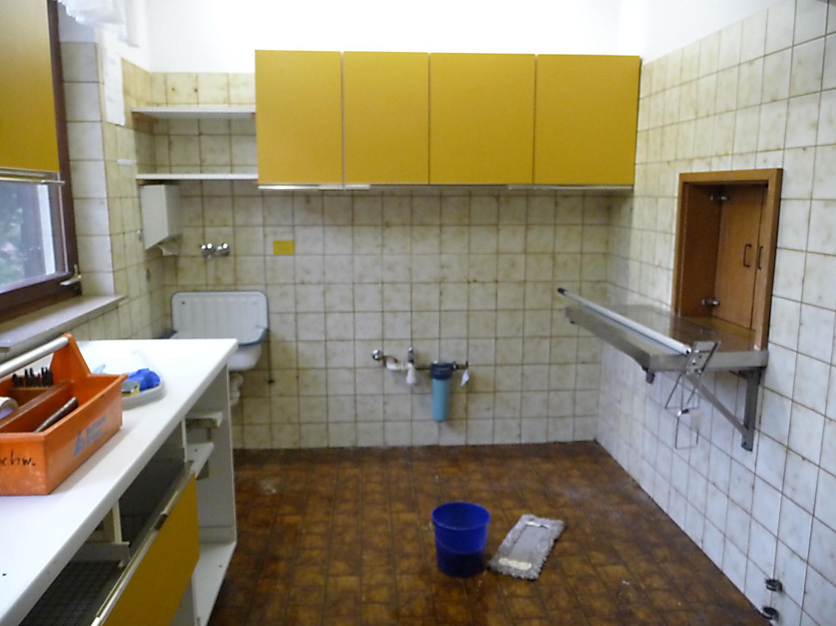 Leere Küche mit noch altem Fußboden!