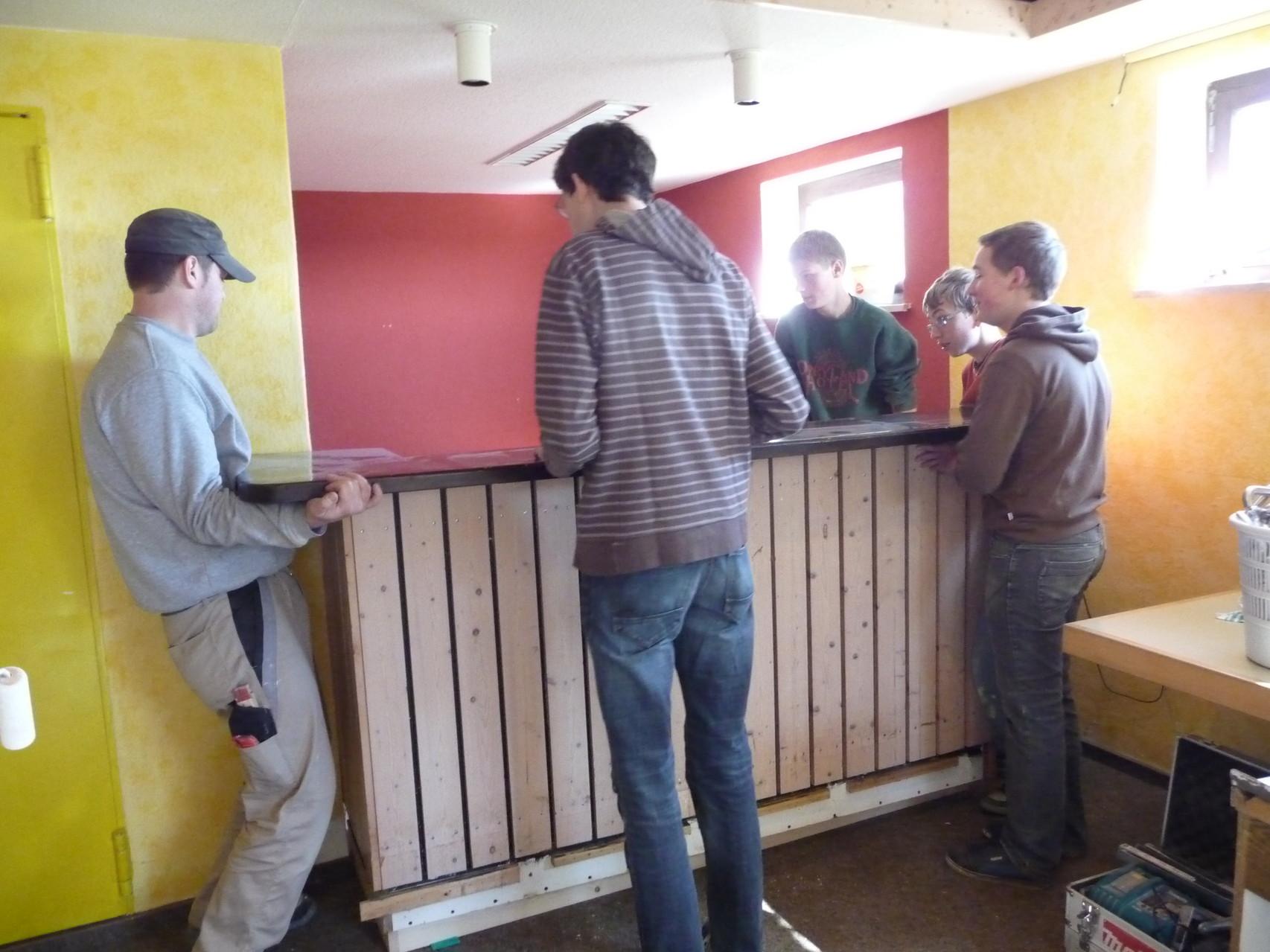 Die Bar wird wieder an ihren Platz gehoben.