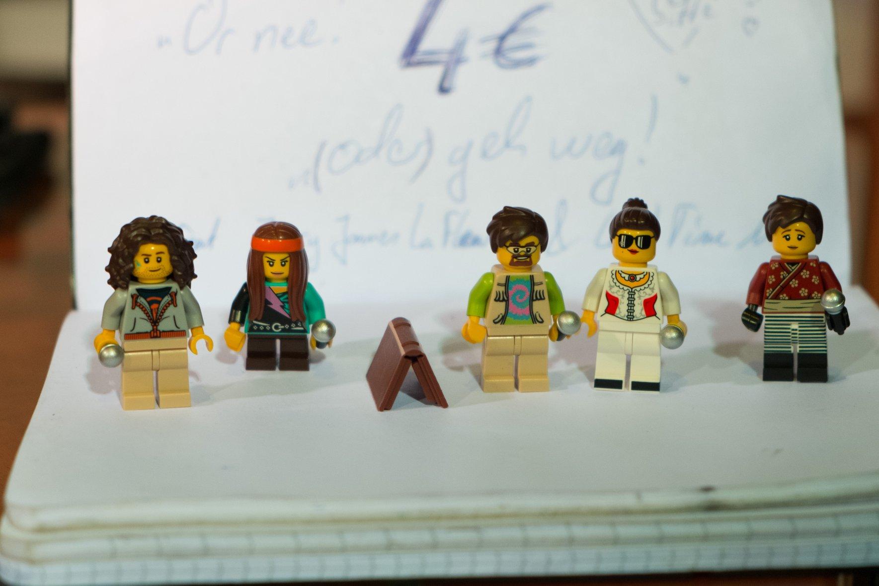 Die Mitglieder*innen der Lesebühne Kunstloses Brot aus Lego! Nils' Abschiedsgeschenk. // Foto: Jens Burkard