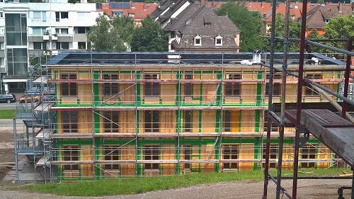 フライブルク市の難民向けの住居は、CLTとUA値0.3W以下のゼロエネ建築で提供
