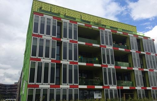 ハンブルク市のIBAに建てられた藻を生産するファサードを持つ建物