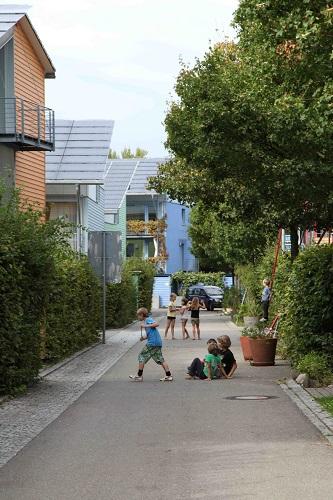フライブルク市の遊びの道路でたむろする子供たち