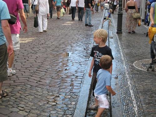 フライブルク市の市街地には水路が整備され、子供たちの遊び場に