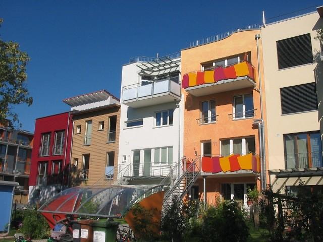 ヴォーバン住宅地のカラフルな街並みと緑