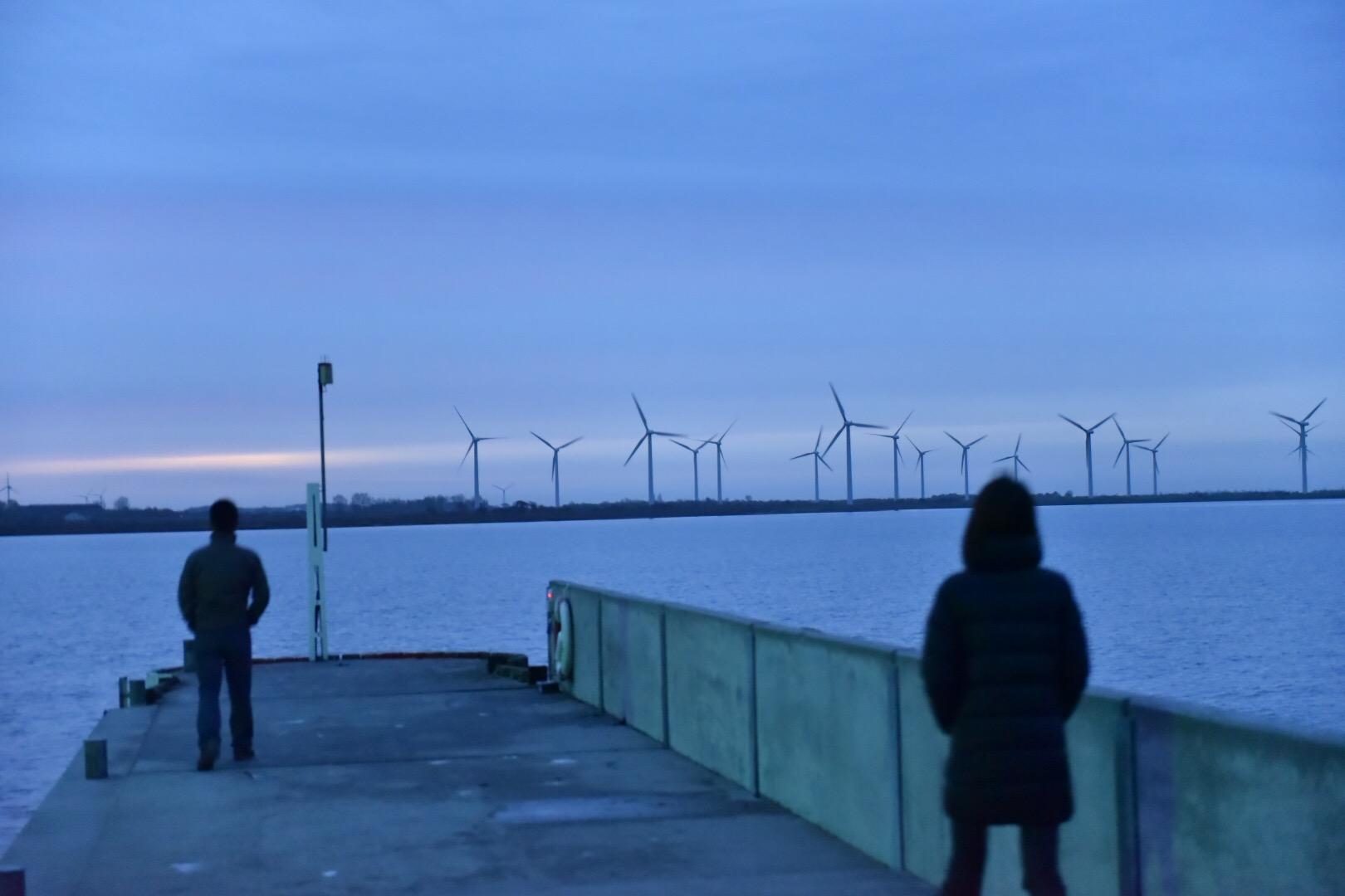 沿岸部の風車は夕暮れ時に絵になります