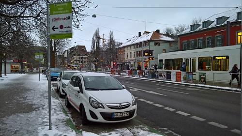 フライブルク市のトラムの停留所にはカーシェアのデポがセットで設置