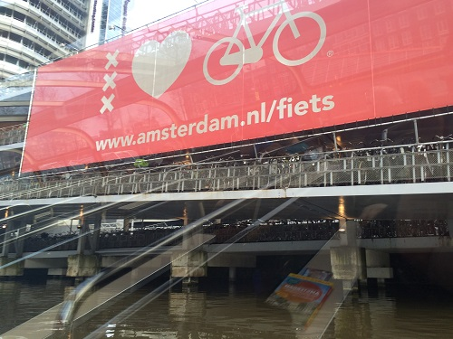 オランダ・アムステルダム中央駅を降りると、運河に浮かぶ駐輪場が出迎えてくれます