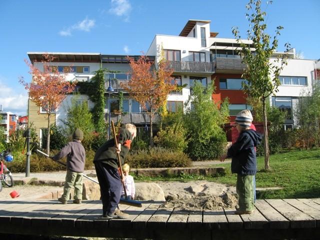 ヴォーバン住宅地のカラフルな街並みを背景に子供たちが遊ぶ