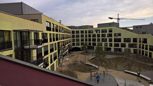 スイス・チューリヒの路面電車の操車場の上には、住民参加で素敵な空間を持つ住宅エリアに