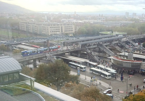 フライブルク市の中央駅はトラム優先の交差点