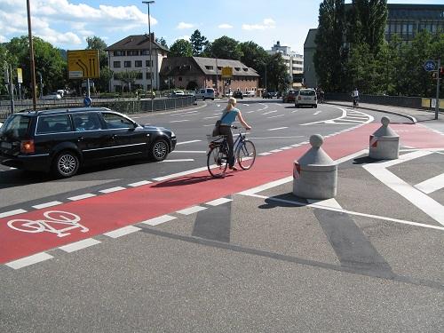 フライブルク市の危険な交差点では自転車レーンにマーキング