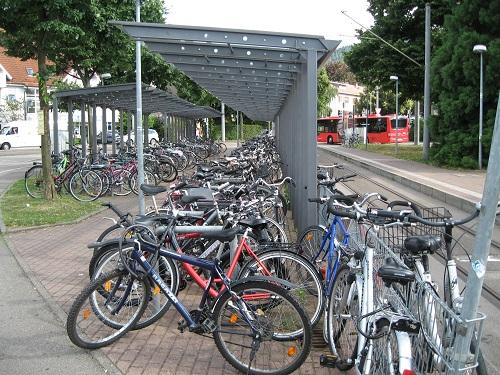 トラムやバスの停留所に屋根付きの駐輪場があることで利便性は向上