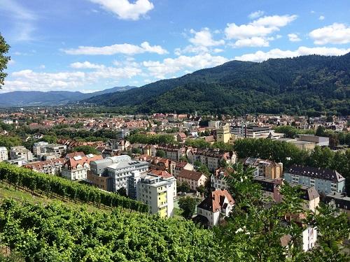 ドイツ・フライブルク市の街並みが黒い森の渓谷沿いに伸びる