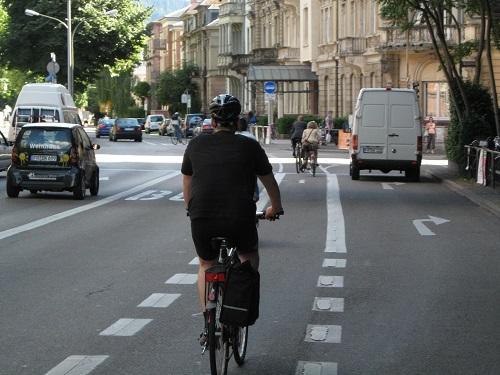 自転車レーンの設計は巻き込み事故の防止措置を図る